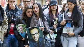 Zahlreiche Jugendliche nehmen am 21. Juli 2012 an einem Gedenkmarsch zu Ehren des Opfers teil (Archiv)