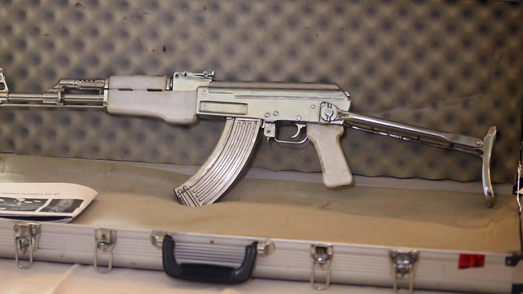 Auch eine Kalaschnikow hatte der Drogenhändler zu Hause in seiner Waffensammlung. (Symbolbild einer AK-47)
