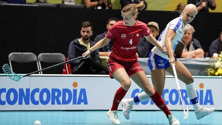 Die Unihockeyspielerin Mirjam Hintermann (l.) erlebt ein bedeutsames Debüt: Ihre erste WM-Teilnahme findet auf heimischem Boden statt.