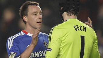 Chelseas John Terry und Goalie Petr Cech feiern den Heimsieg