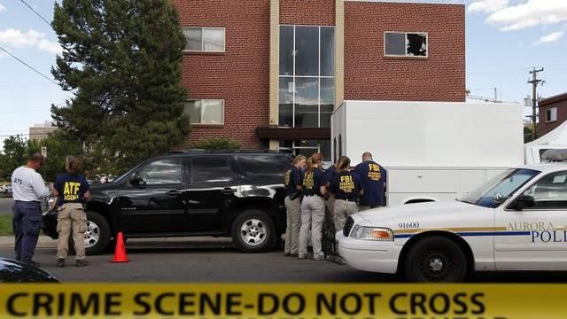 FBI-Mitarbeiter vor dem Haus des Täters in Aurora.