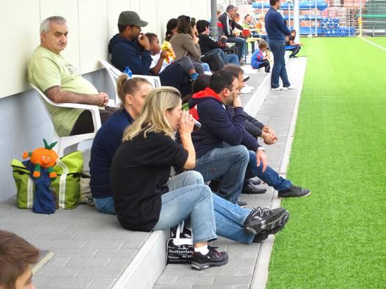 Auch die Elten von beiden Mannschaften erwiesen ihren Jungs die Referenz.