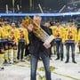 Trainer Kari Jalonen küsst den Meisterpokal und feiert mit seiner Mannschaft im April 2017 den bisher letzten Meistertitel. Auch die zweite Finalserie gegen Zug nach 1997 entschied der SCB für sich - und wieder feierten die Berner im Stadion der Zuger