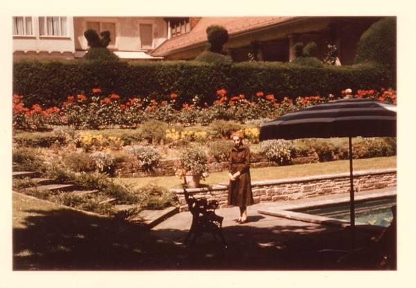 Jenny Brown am Swimmingpool der Langmatt,ca. 1958. Der Swimmingpool wurde später zugeschüttet.