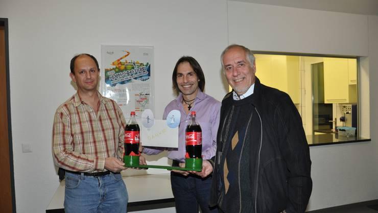 Markus Gabriel (links) und Markus Kappeler (rechts) übergeben Freddy Nock ein symbolisches «Hochseil». Im Hintergrund das WM-Diplom. (Bild: J. B.)