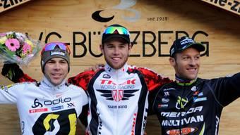 Das Siegerpodest in Bützberg: Sieger Lukas Flückiger mit Marcel Wildhaber (links) und Ralph Näf.  HPS