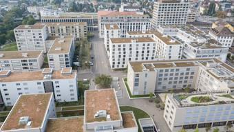 Das Quartier «Im Lenz», Lenzburg (aufgenommen Richtung Süden, Eisenbahnlinie hinter dem Hochaus).
