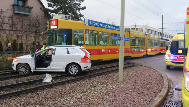 Das Tram kollidierte mit dem Auto.