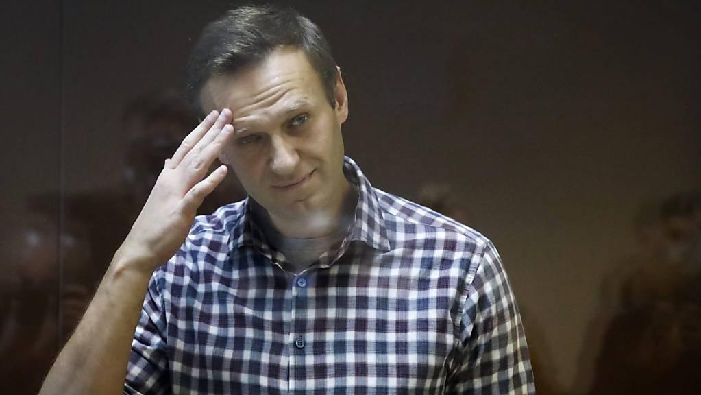 ARCHIV - Alexej Nawalny, russischer Oppositionsführer, steht während seiner Verhandlung hinter einer Glasscheibe im Babuskinsky Bezirksgericht. Foto: Alexander Zemlianichenko/AP/dpa