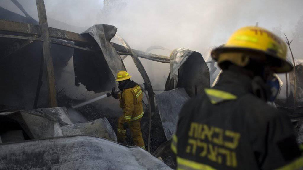 Israelische Feuerwehrleute im Kampf gegen einen Brand in Beit Meir nahe Jerusalem. Die Polizei geht davon aus, dass die Fälle von Brandstiftung nationalistisch motiviert sind.