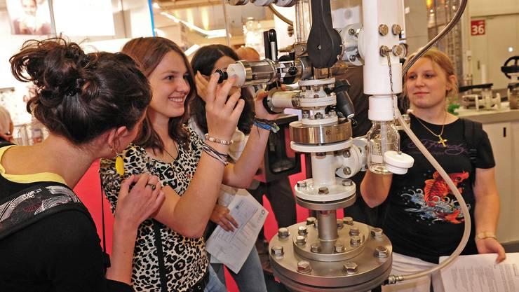 Gymnasiastinnen aus Deutschland bestaunen die technischen Apparaturen.