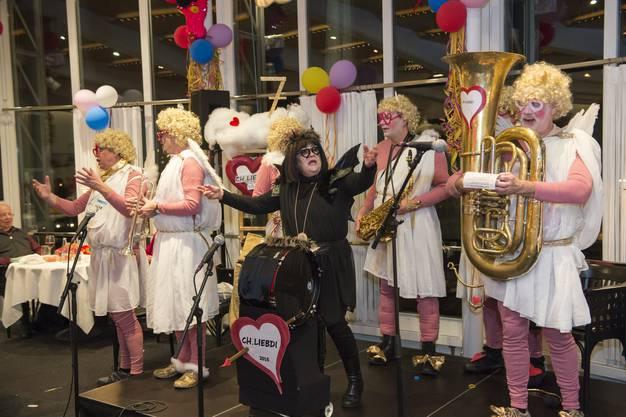 Amors Pfeile treffen: Ch.Liebdi faszinieren dieses Jahr das Publikum mit gekonnter Mischung von Cabaret, Versen, Blödelei, der teuflischen Ursina (Mitte) und dem schwulen Werni (rechts) in Topform..