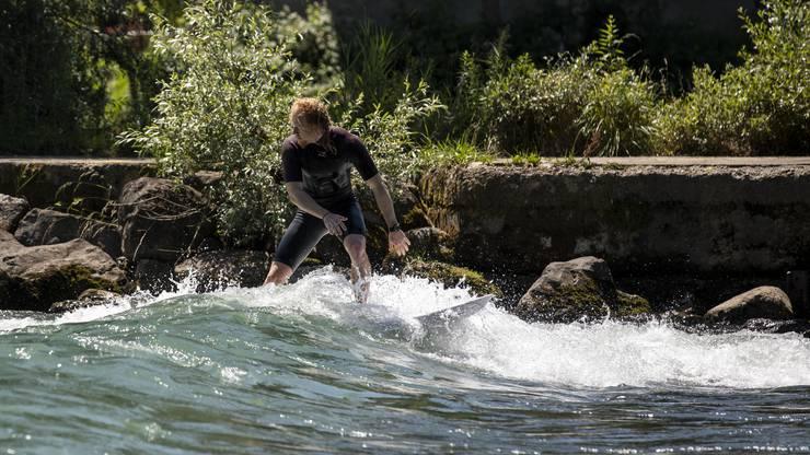 Mit einem Surfbrett, das sonst im Meer genutzt wird, ist das Surfen auf der stehenden Welle schwierig.
