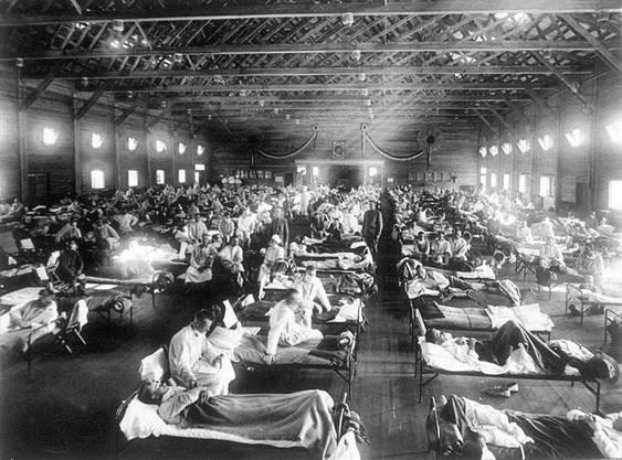 An der Spanischen Grippe starben Millionen Menschen. Auf dem Bild zu sehen ist ein Militärspital in Kansas, USA.
