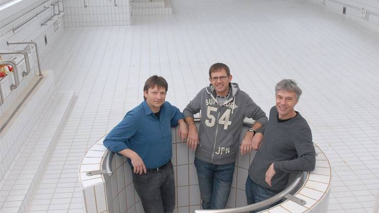 Thomas Rösli, Finanzen, Roli Isler, OK-Chef und François Ruedin, Musicalautor (v.l.) wollen das leere Thermalbadbecken mit «action» füllen.BY