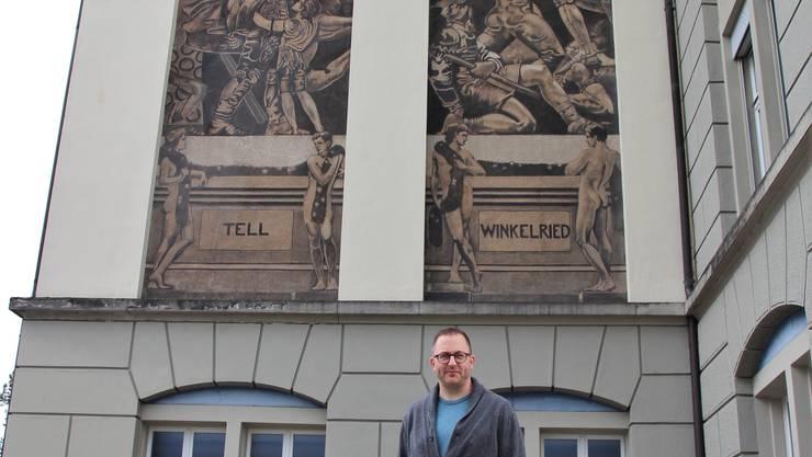 Marc Seidel vor den «Büchlis» am Angelrainschulhaus.