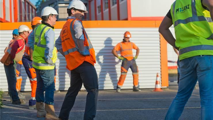 Die Bauarbeiter der Totalunternehmung Losinger Marazzi absolvieren vor Arbeitsantritt ein Aufwärmprogramm.