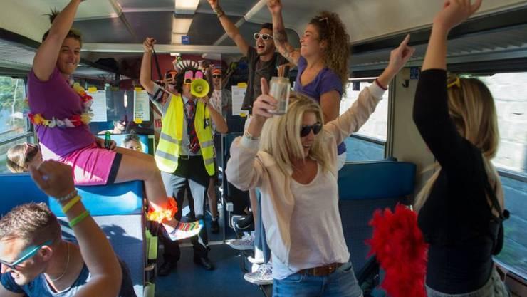Raver aus dem Tessin feiern bereits im Street-Parade-Extrazug nach Zürich ausgelassen. Die SBB stellen bis in die frühen Morgenstunden Extrazüge Nacht-Busse und Trams bereit.