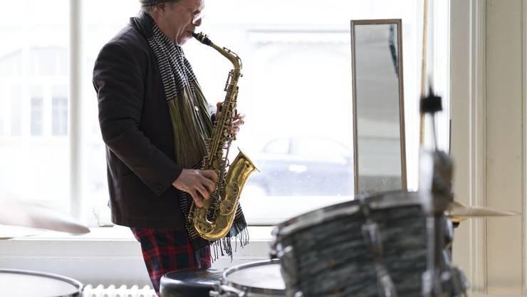 Omri Ziegele ist Saxofonist, Bandleader, Veranstalter und Vermittler in Sachen Free Music und Jazz.