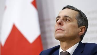 """Der designierte Aussenminister Ignazio Cassis knickt nach öffentlicher Kritik an seinem Engagement bei der Waffenlobby ein und kündigt seine Mitgliedschaft bei """"Pro Tell"""" nach nur einem Monat. (Archiv)"""