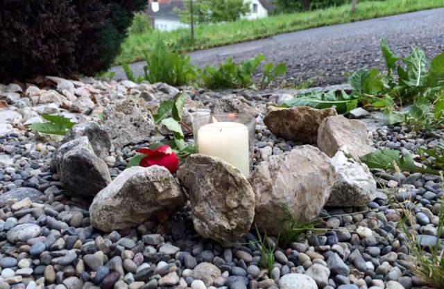 Blumen erinnern nach dem tödlichen Unfall an das Opfer.