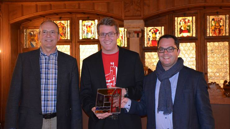 Der diesjährige Feldmeister, Dominik Suter, mit Stadtrat Roger Huber und Präsident Rolf Düggelin