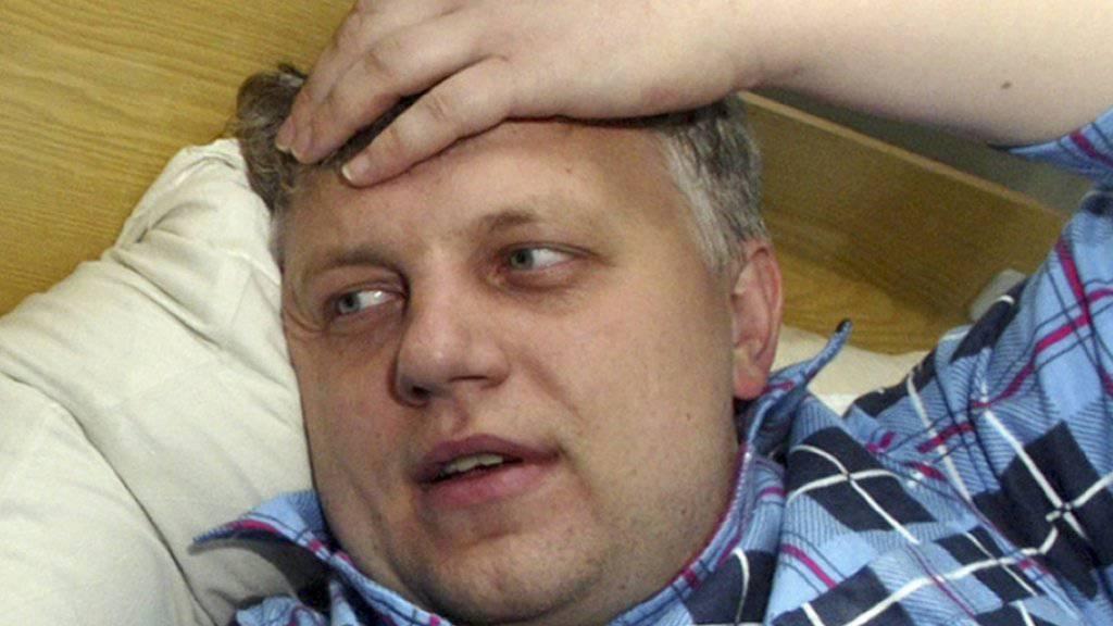 Der renommierte ukrainische Journalist Pawel Scheremet ist tot. Er wurde bei einem Bombenanschlag auf sein Auto getötet. Das Archivbild aus dem Jahr 2004 zeigt in in einem Spitalbett. Scheremet war damals von Unbekannt brutal zusammengeschlagen worden. (Archiv)