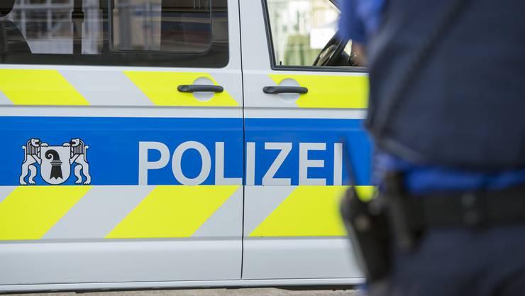 Die Polizei sucht nach dem Täter, der einen 75-Jährigen überfallen und verletzt hat. (Symbolbild)