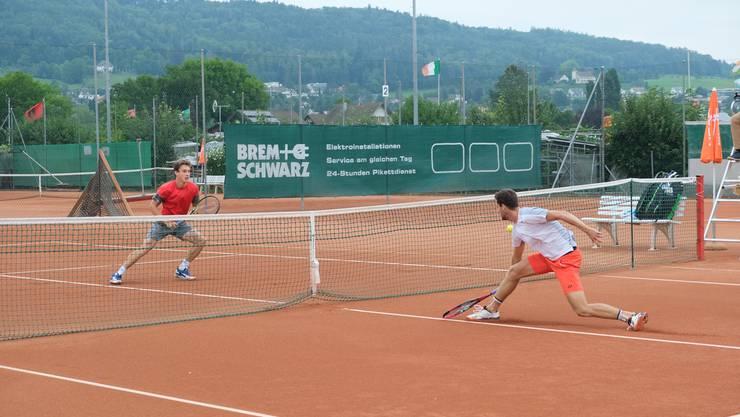 Diesen Stopball erreicht Sandro Ehrat (rechts) nicht mehr, doch in den meisten Ballwechseln behält er gegen Jakub Paul die Oberhand.