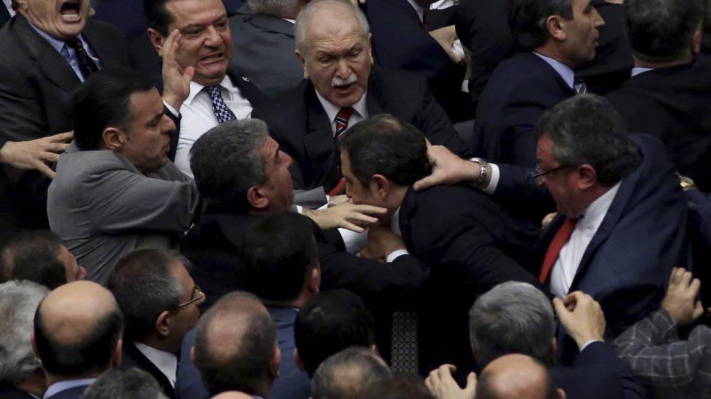 Abgeordnete im türkischen Parlament gehen bei der Debatte über das umstrittene Präsidialsystem aufeinander los.