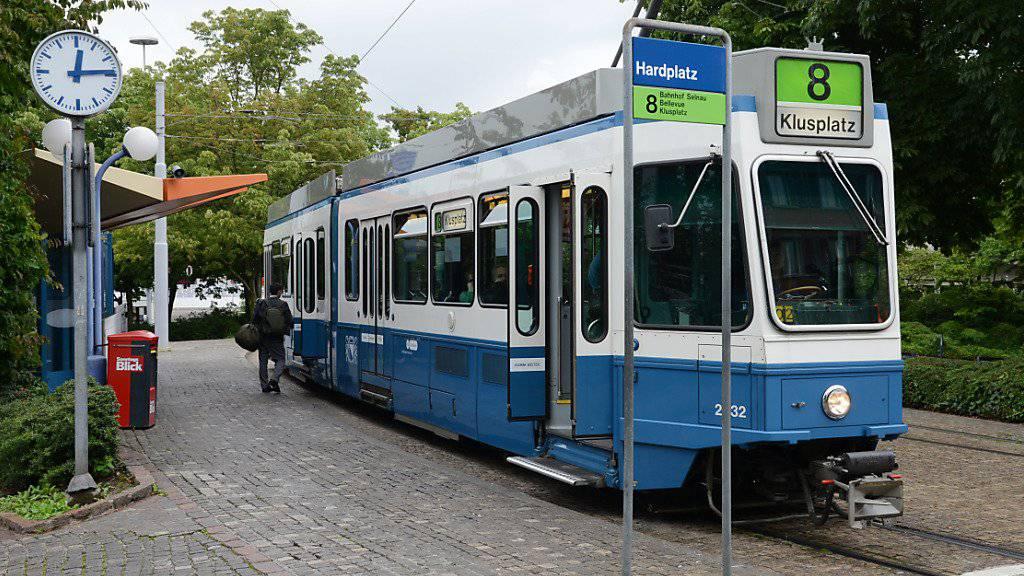 Das «Tram 2000» der VBZ muss ersetzt werden. Das Zürcher Verwaltungsgericht hat nun entschieden, den Beschwerden gegen die Trambeschaffung keine aufschiebende Wirkung zu gewähren. (Symbolbild)