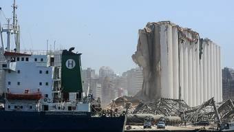 Das Wrack eines Schiffes im Hafen von Beirut. (Foto: Marwan Naamani/dpa)