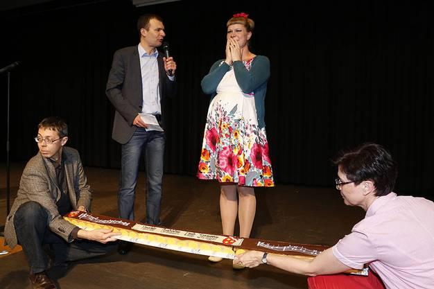 Nicole Bernegger erhält vom Birsfelder Gemeindepräsidenten Christof Hiltmann einen Kuchen.