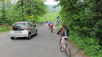 Velofahrer und Autos überqueren die Aarebrücke nach Auenstein.