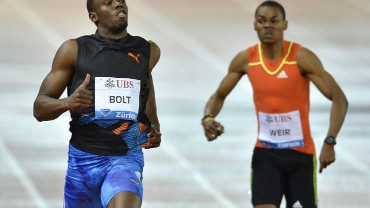 Olympiasieger und Weltrekordhalter läuft auf der 200-m-Strecke allen davon.