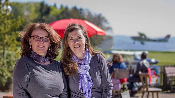 Carmen Meili (links) und Judith Schärer führen neu das Restaurant auf dem Flugplatz Buttwil. zvg