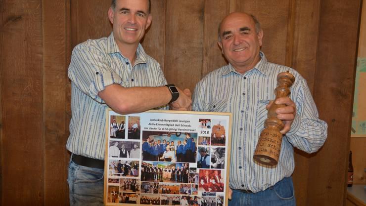 Der Präsident, Markus Schwab, dankt Ueli Schwab (rechts) für seine 50-jährige Vereinstreue und sein grosses Engagement rund um den Jodlerklub Burgwäldli Leuzigen.