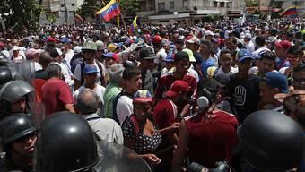 Anhänger des selbst ernannten Interimspräsidenten Guaidó diskutieren mit der Polizei in Caracas. Sowohl Guaidó als auch Präsident Maduro riefen für Samstag zu eine Demonstration auf.