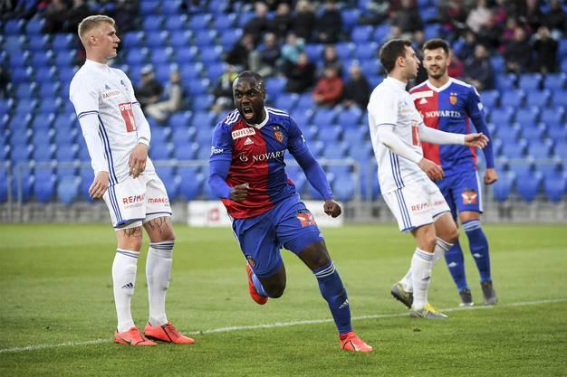 In der 37. Minute fällt bereits schon das 2:0, der Torschütze Eder Balanta (2.v.l.) bejubelt seinen Treffer.