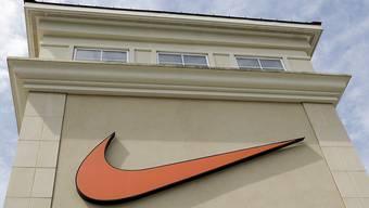 Der US-Sportartikelriese Nike hat, angetrieben von starken Online-Verkäufen, ein weiteres Quartal mit glänzenden Ergebnissen abgeliefert. (Symbolbild)