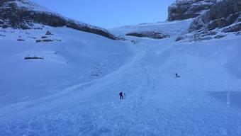 Das Lawinenunglück im Kanton Schwyz: Ein 53-jähriger Mann konnte am Samstagnachmittag lebend aus den Schneemassen geborgen werden. Er konnte reanimiert und mit einem Helikopter ins Spital geflogen werden. (Handout Rega)