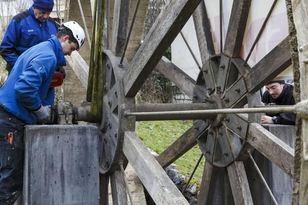 Das Rad wird millimetergenau in die Verankerung eingesetzt