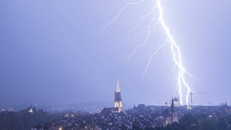 Blitzreiche Gewitter sind am Samstagabend von Bern weiter über das Mittelland bis nach Süddeutschland gezogen.