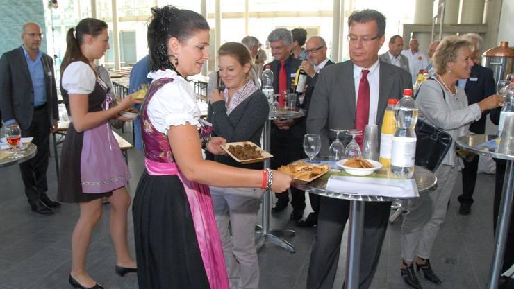 Bündnerinnen aus dem Val Müstair servieren den Eröffnungsapéro. wal