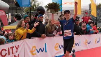 Franziska Inauen beim Zieleinlauf des Luzern-Marathons.
