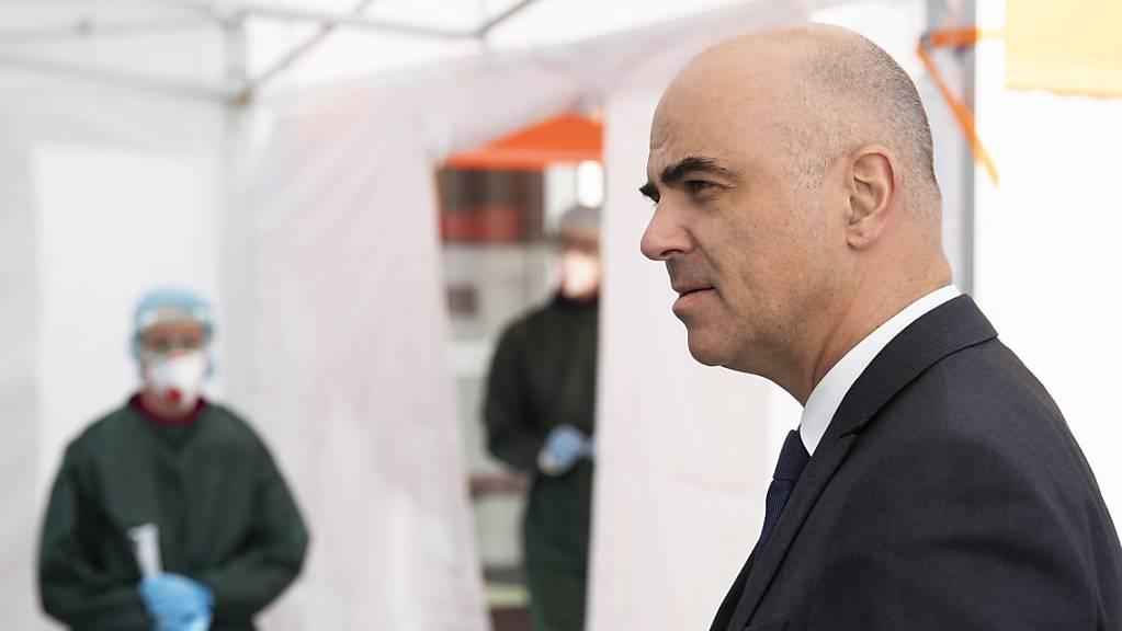 Bundesrat Alain Berset bei einem Besuch im Coronavirus-Drive-In-Testcenter des Kantons Luzern.
