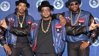 ARCHIV - Die Rap-Gruppe Run-DMC: Joseph «Run» Simmons (L-r), Darryl «DMC» McDaniels und Jason Mizell «Jam Master Jay», treffen 1988 zur 31. Verleihung der Grammy Awards ein. Foto: Mark Lennihan/AP/dpa