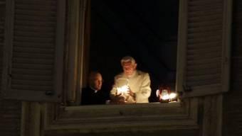 Papst Benedikt XVI. entzündet das Friedenslicht am Fenster seines Arbeitszimmers