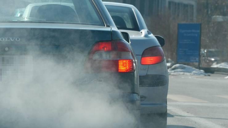 Mehr Dreck, mehr Steuern: Ab 2011 soll sich die Höhe der Steuern für «dreckige» und «saubere» Motorfahrzeuge stärker unterscheiden als bisher. (Bild: mz-Archiv)