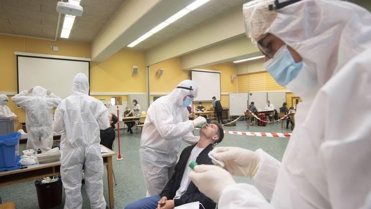 Mitarbeiter der Armee testen in Airolo einen von 482 frisch eingerückten Rekruten auf das Coronavirus.